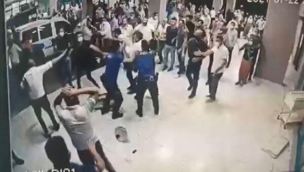 Ölen koronavirüs hastasının yakınları polis ve sağlık çalışanlarına saldırdı - Sputnik Türkiye