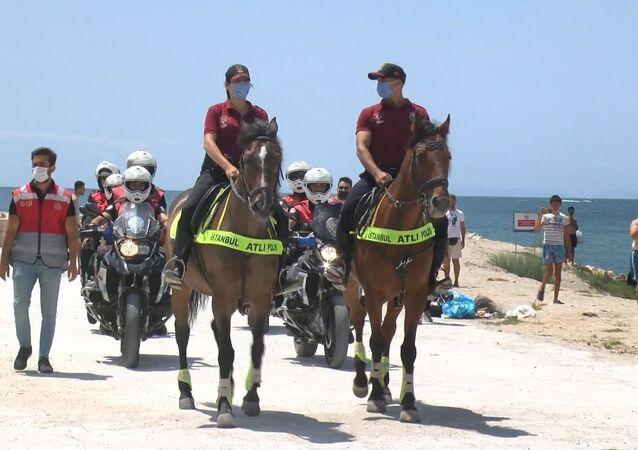Kumburgaz Plajı'nda atlı birlikler