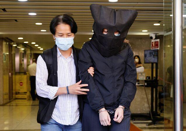 Hong Kong'da gözaltına alınan Konuşma Terapistleri Genel Sendikası'nın 5 üyesinden birinin polis tarafından kelepçelenerek ve kafasına siyah kukuleta geçirilerek götürülmesinin görüntüleri servis edildi.