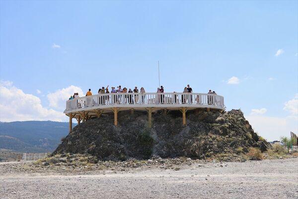 Bayramın dördüncü gününde de ziyaretçiler, gölde yoğunluk oluşturdu. Beyaz Adalar, bölgesini gezen tatilciler, seyir terasından gölün güzelliğini izledi, bol bol fotoğraf çektirdi.   - Sputnik Türkiye