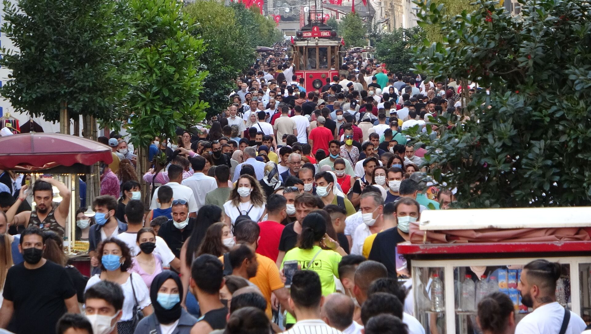 Kurban Bayramı'nın son gününde vatandaşlar Taksim Meydanı'nı hınca hınç doldurdu. - Sputnik Türkiye, 1920, 28.07.2021