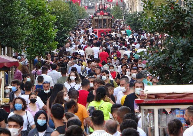 Kurban Bayramı'nın son gününde vatandaşlar Taksim Meydanı'nı hınca hınç doldurdu. Sosyal mesafenin hiçe sayıldığı İstiklal Caddesi'nde maske takmayan vatandaşların da olduğu görüldü.