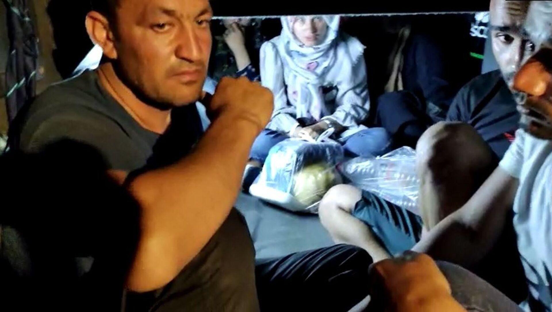 Gaziantep'te otoyolda mola veren bir otobüste arama yapan jandarma ekipleri 11 Afganistan uyruklu sığınmacıları otobüsün bagajında yakaladı. - Sputnik Türkiye, 1920, 23.07.2021