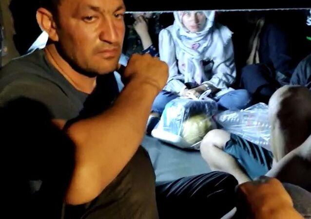 Gaziantep'te otoyolda mola veren bir otobüste arama yapan jandarma ekipleri 11 Afganistan uyruklu sığınmacıları otobüsün bagajında yakaladı. 45 derecelik sıcakta bagajda havasız kalan sığınmacıların yakalandığı yer pes dedirtti.