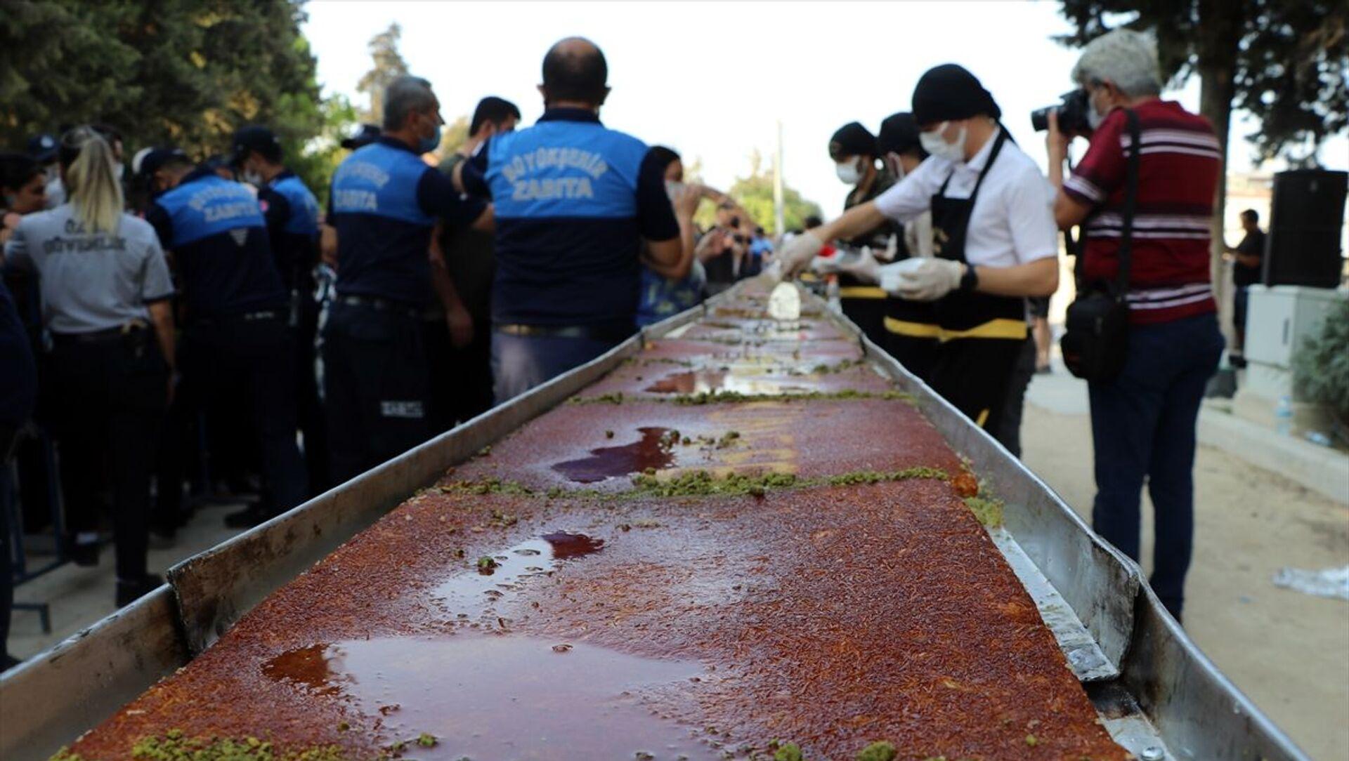 Hatay'ın Türkiye'ye katılışının 82'nci yıl dönümü kutlama etkinlikleri kapsamında 82 metre uzunluğundakünefeyapıldı. - Sputnik Türkiye, 1920, 24.07.2021