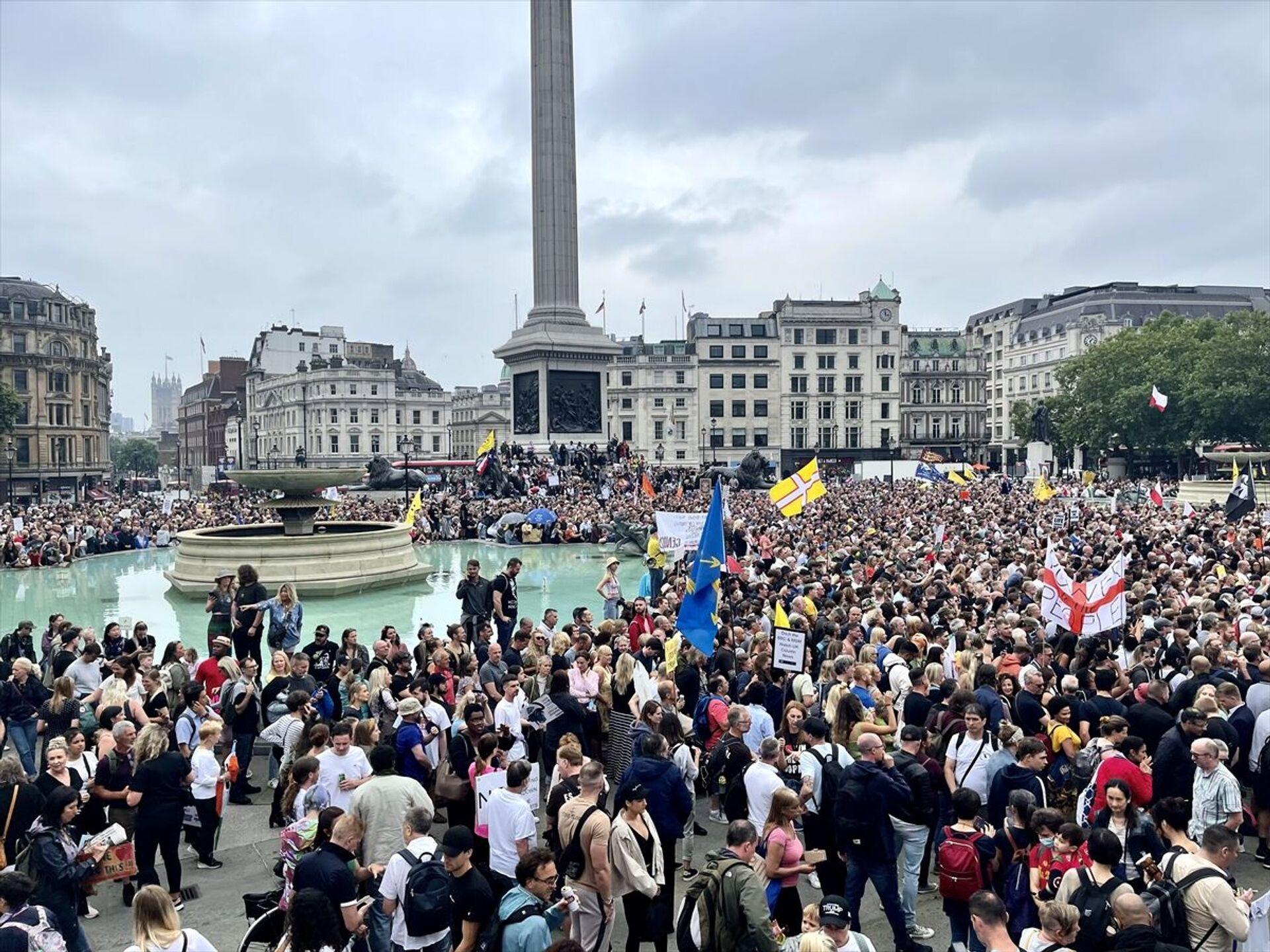 Trafalgar Meydanı'nda toplanan kalabalık kısıtlamaları protesto etti - Sputnik Türkiye, 1920, 10.08.2021