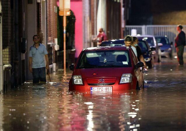 Belçika'da 10 gün önce meydana gelen sel felaketinin ardından ülkenin güneydoğusundaki Namur ve Dinant gibi şehirler bir kez daha sele teslim oldu. Gün içindeki aşırı yağış nedeniyle Namur'da bazı sokaklarda su baskınları meydana geldi. Birçok evin giriş ve bodrum katlarını su bastı.