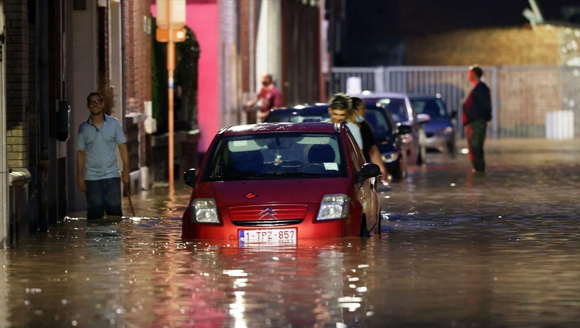 Belçika'da 10 gün önce meydana gelen sel felaketinin ardından ülkenin güneydoğusundaki Namur ve Dinant gibi şehirler bir kez daha sele teslim oldu. Gün içindeki aşırı yağış nedeniyle Namur'da bazı sokaklarda su baskınları meydana geldi. Birçok evin giriş ve bodrum katlarını su bastı. - Sputnik Türkiye, 1920, 25.07.2021