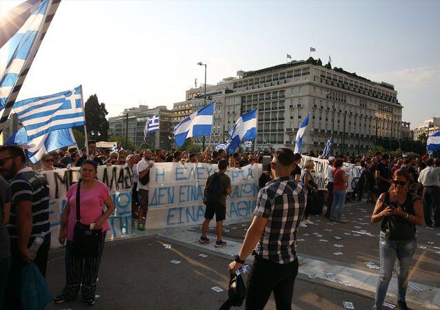 Yunanistan'da hükümetin, yeni tip koronavirüse (Kovid-19) karşı aşıyı zorunlu hale getirme kararına itiraz eden aşı karşıtları ile polis arasında çatışma çıktı.