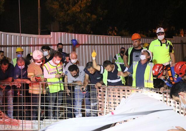 İzmir'in Balçova ilçesinde otomobilin metro inşaatındaki 25 metrelik boşluğa düşmesi