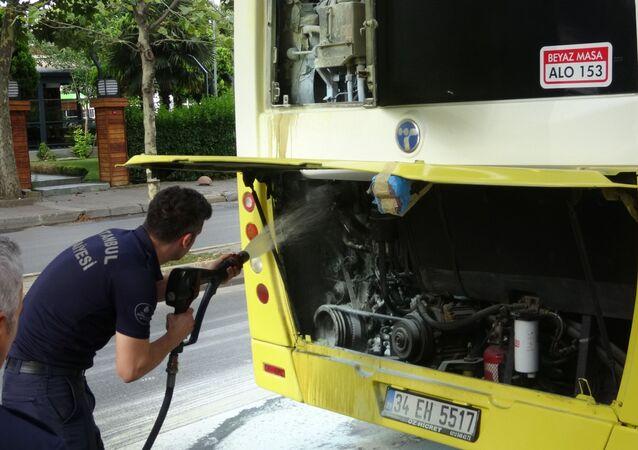 Ataşehir'de seyir halinde olan özel halk otobüsünün motor kısmında bir anda yandın çıktı. Yangını fark eden otobüs şoförü otobüsü yolun kenarına çekerek içeride bulunan 15 yolcuyu otobüsten indirdi. Dikkati sayesinde yolcuları kurtaran otobüs şoförü, yangın söndürme tüpüyle motor kısmındaki yangına müdahale ederek söndürdü. Otobüsün motorunun alev alev yandığı anlar vatandaşın cep telefonu kamerasına yansıdı.