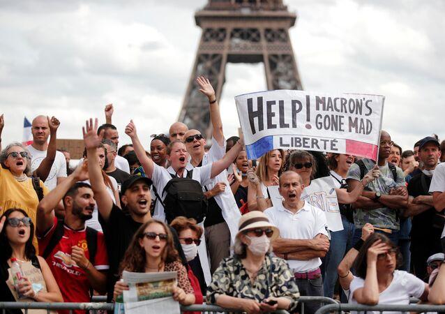 Fransa'da Kovid aşısı-testi durumunu gösteren sağlık kimliği ile sağlık personeline aşı zorunluluğu öngörülmesi, yeni protesto dalgası başlattı.