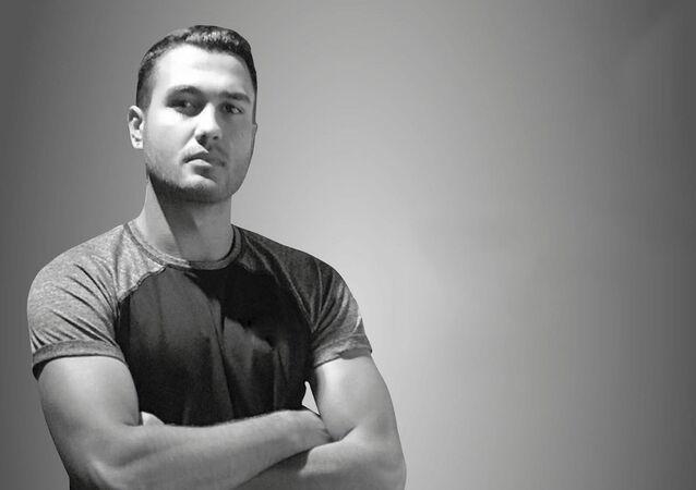 İzmir'in Karşıyaka ilçesinde spor antrenörü olduğu öğrenilen Batuhan Kerimoğlu evinde hayatını kaybetti. 21 yaşındaki genç antrenörün evinde spor yaparken kalp krizi geçirdiği öne sürüldü.