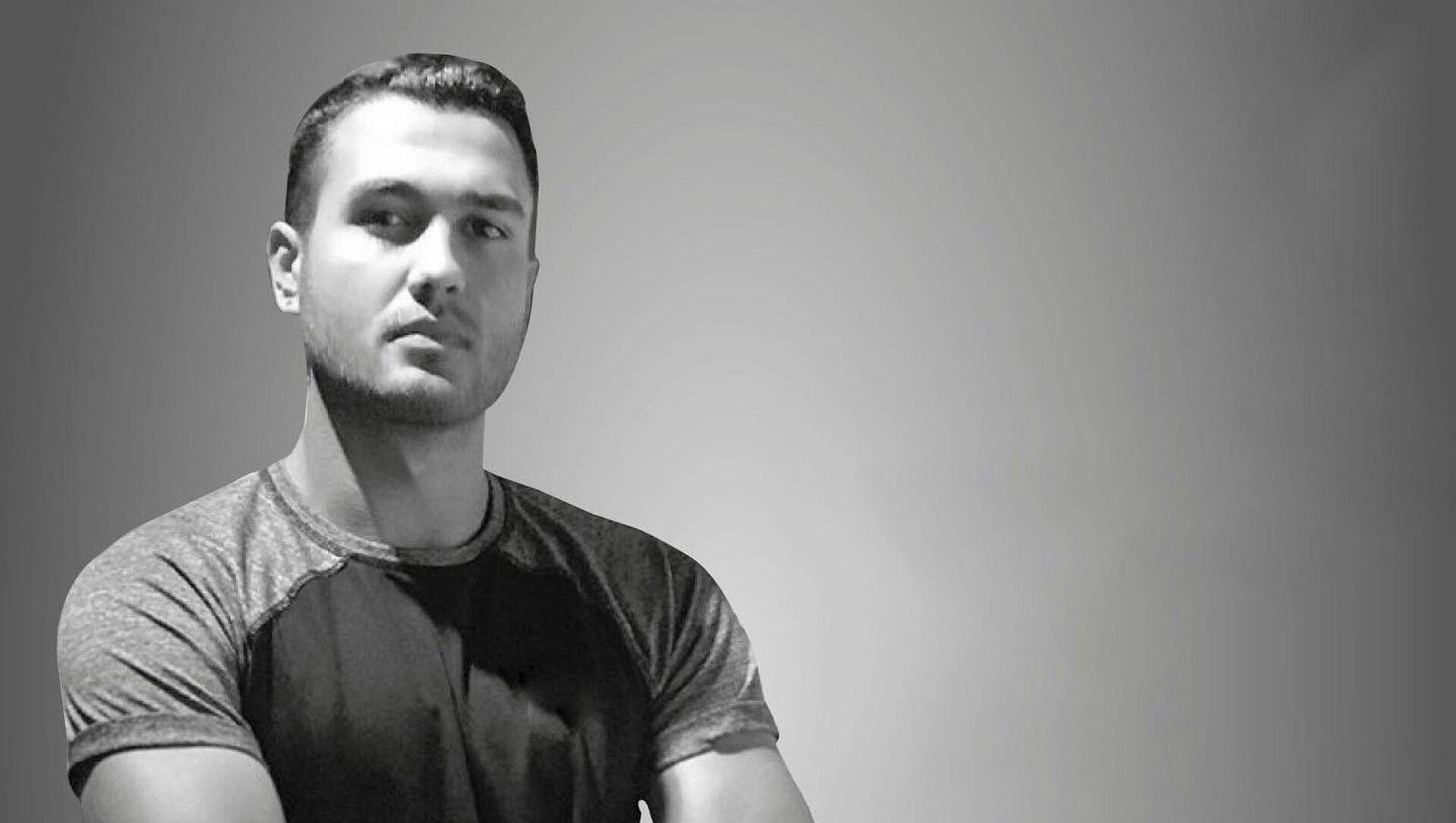 İzmir'in Karşıyaka ilçesinde spor antrenörü olduğu öğrenilen Batuhan Kerimoğlu evinde hayatını kaybetti. 21 yaşındaki genç antrenörün evinde spor yaparken kalp krizi geçirdiği öne sürüldü. - Sputnik Türkiye, 1920, 26.07.2021