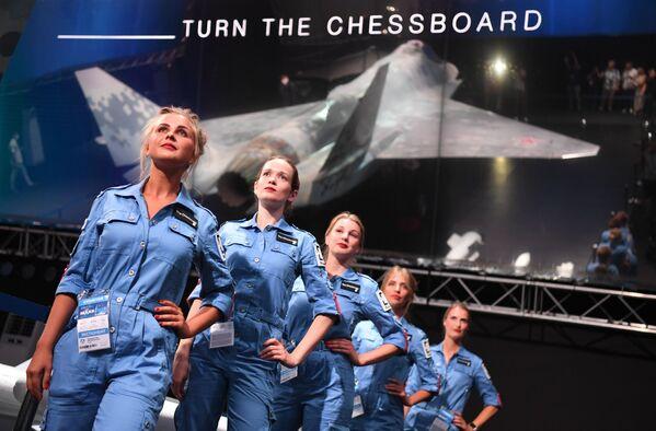 Tanıtımı ilk defa MAKS-2021'de yapılan savaş araçlarının en dikkat çekeni, İngilizcede 'mat etmek' anlamına gelen 'Checkmate' adını alan beşinci nesil tek motorlu savaş uçağıydı.  - Sputnik Türkiye