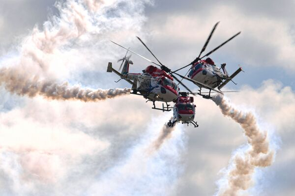 Uçuş programına katılanlar arasında Indian Air Force helicopter mürettebatı da vardı. - Sputnik Türkiye
