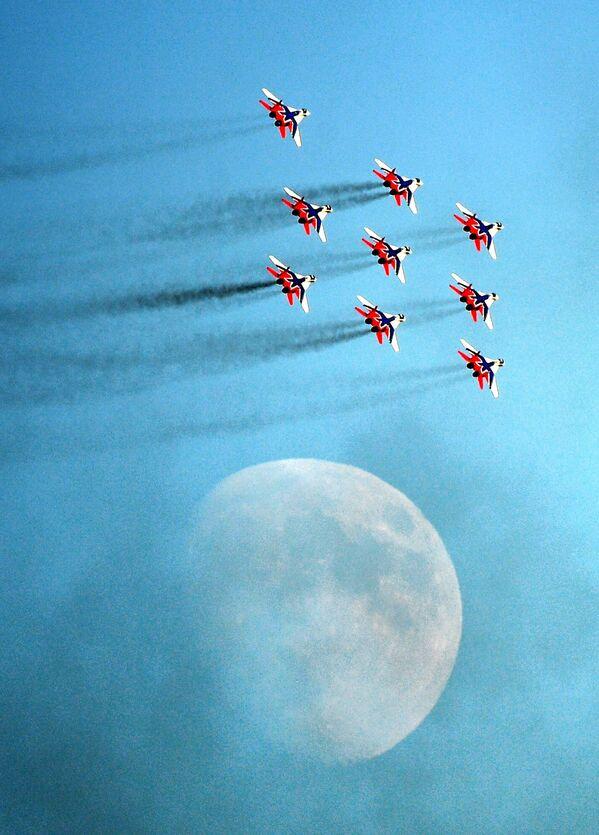 Fuara katılan ünlü Striji Hava Akrobasi grubu, MiG-29 çok amaçlı savaş uçaklarıyla çeşitli akrobasi hareketlerini yaptı. - Sputnik Türkiye