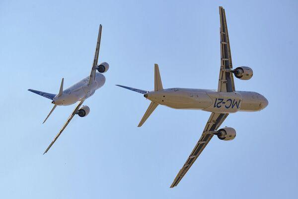 MS-21-300 ve MS-21-310 yolcu uçakları. Toplamda fuarın uçuş programına 80 adet uçak ve helikopter katıldı. - Sputnik Türkiye