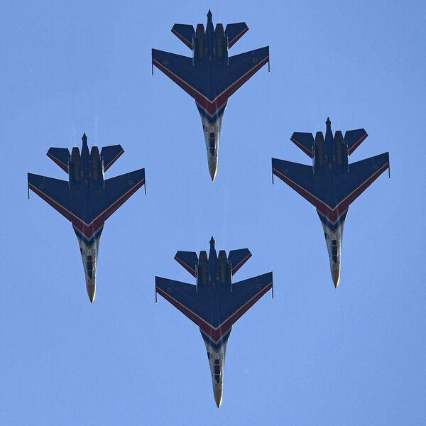 Rusya Savunma Bakanlığı'na bağlı Rus Şövalyeleri (Russkie Vityazi) hava akrobasi ekibi Su-30SM savaş uçaklarıyla akrobasi gösterisi gerçekleştirdi. - Sputnik Türkiye