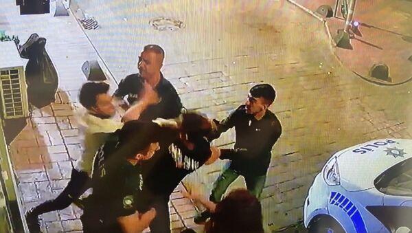 Şarkıcı Çağatay Akman'ın eski sevgilisinin kapısına dayanıp darbettiği görüntüleri ortaya çıktı - Sputnik Türkiye