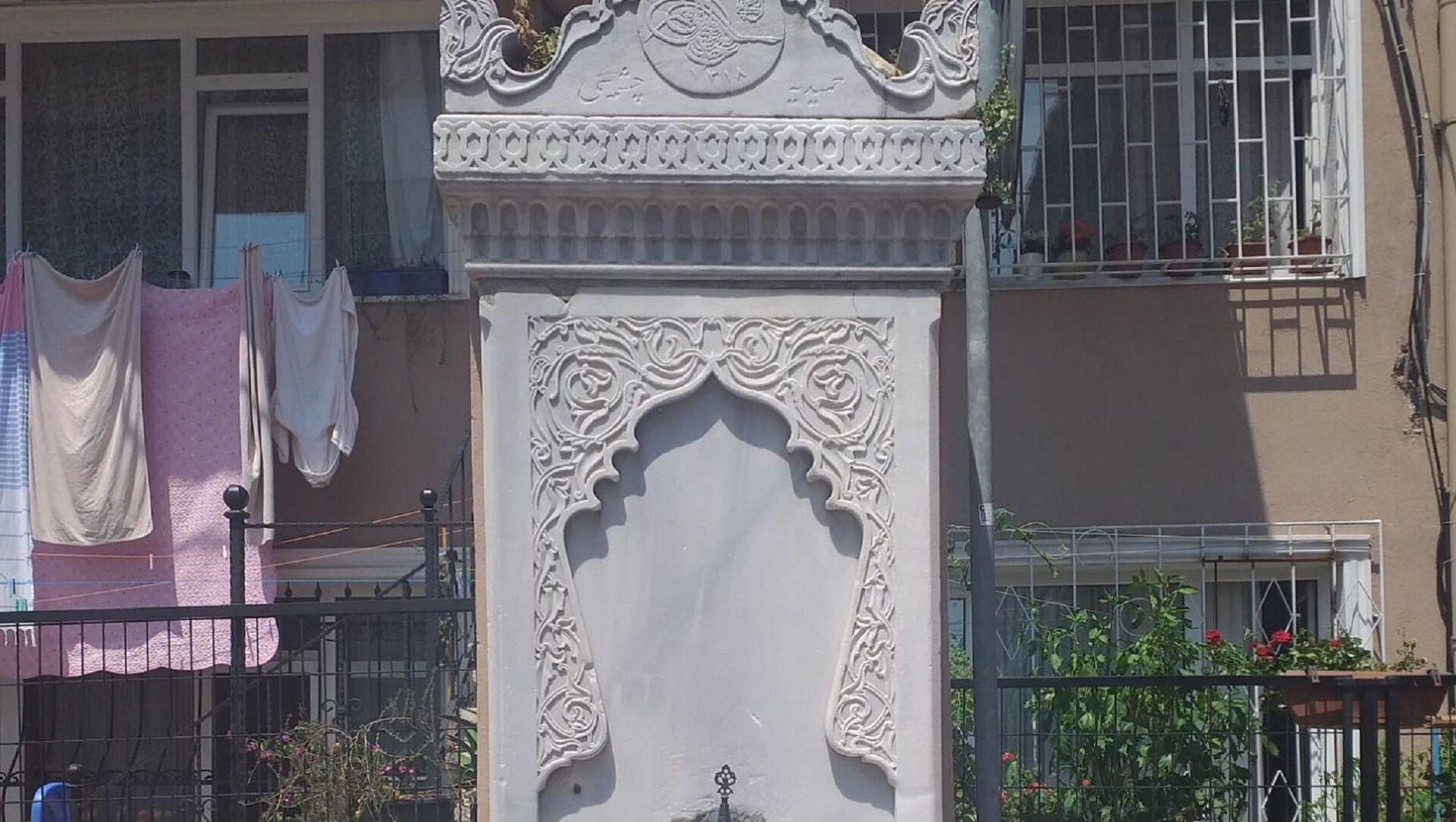 Beşiktaş Eğriçınar Sokak'ta yer alan tarihi çeşmede Abdülhamid Han tuğrası - Sputnik Türkiye, 1920, 26.07.2021