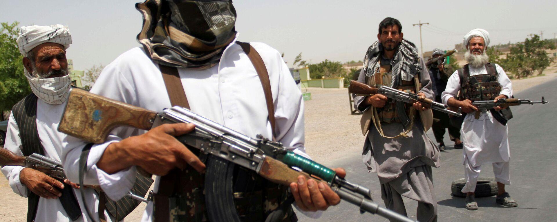 Afgan hükümet güçlerine destek veren eski mücahitler, Herat vilayetinin dışında Taliban'a direnmeye çalışırken - Sputnik Türkiye, 1920, 01.08.2021