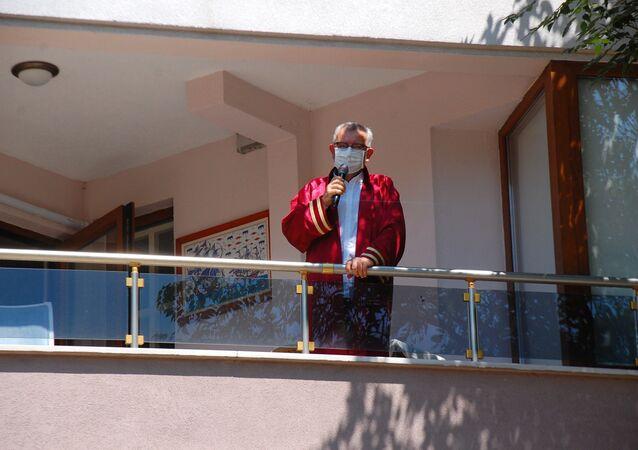 Koronavirüse yakalanan Keşan Belediye Başkanı, evinin balkonunda nikâh kıydı