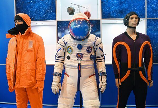 Orel uzay aracıyla Ay'a gidecek kozmonotların kullanacağı Sokol-M adlı uzay giysisinin prototipi ilk kez MAKS-2021 fuarında sergilendi. - Sputnik Türkiye