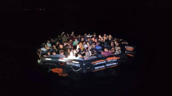 İzmir açıklarında 456 düzensiz göçmen kurtarıldı - Sputnik Türkiye