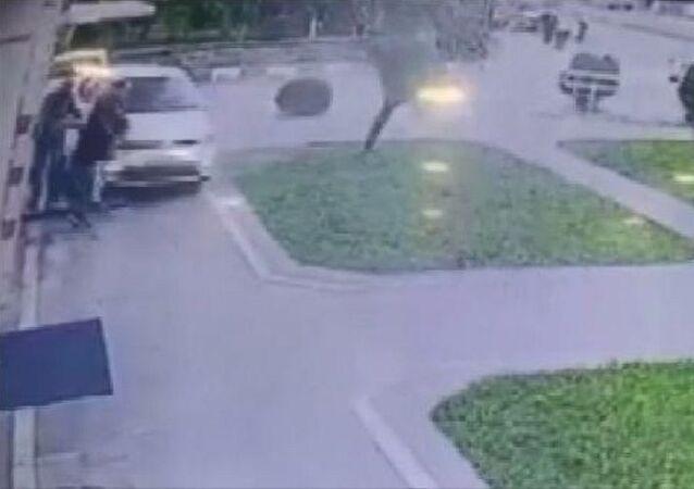 ATM'de işlem yapan 3 kişinin otomobil altında kalmaktan kurtulma anı