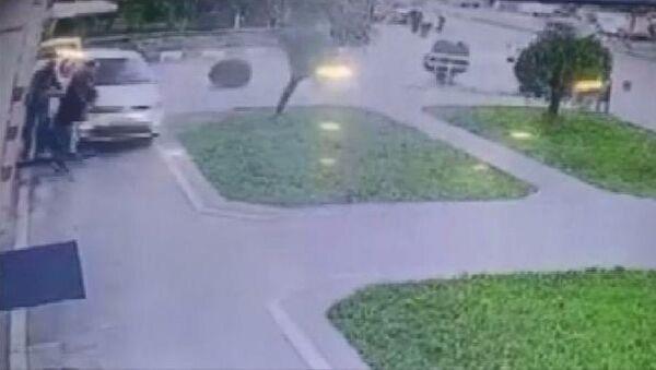 ATM'de işlem yapan 3 kişinin otomobil altında kalmaktan kurtulma anı - Sputnik Türkiye