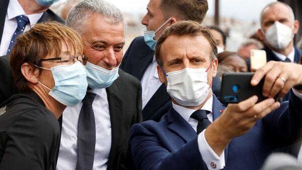 Emmanuel Macron, Champs-Elysees'deki Bastille Günü askeri geçit töreninde selfie çekerken - Sputnik Türkiye