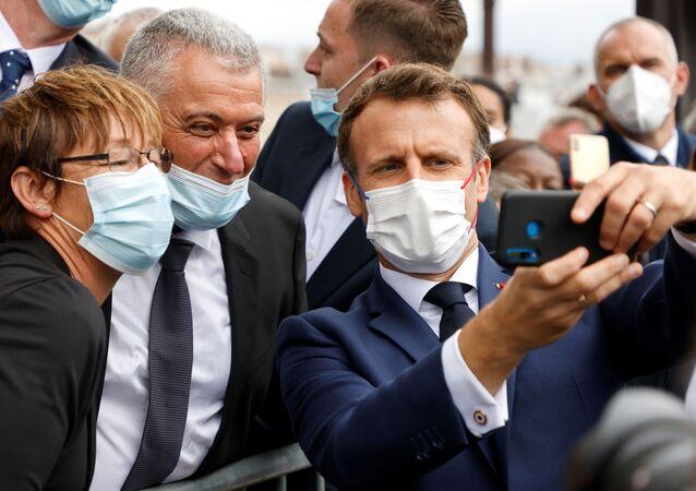 Emmanuel Macron, Champs-Elysees'deki Bastille Günü askeri geçit töreninde selfie çekerken
