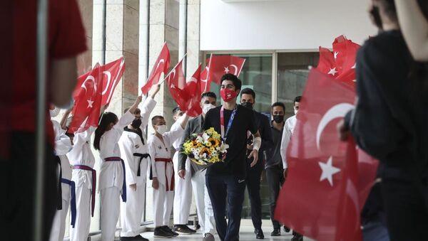 Milli tekvandocu Hakan Reçber, Ankara'da çiçeklerle karşılandı - Sputnik Türkiye