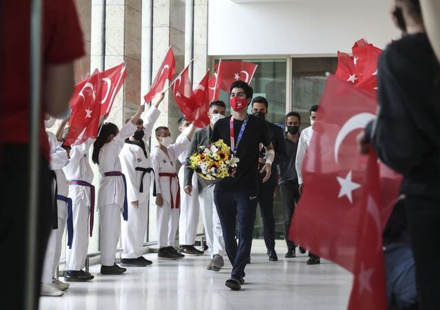 Milli tekvandocu Hakan Reçber, Ankara'da çiçeklerle karşılandı