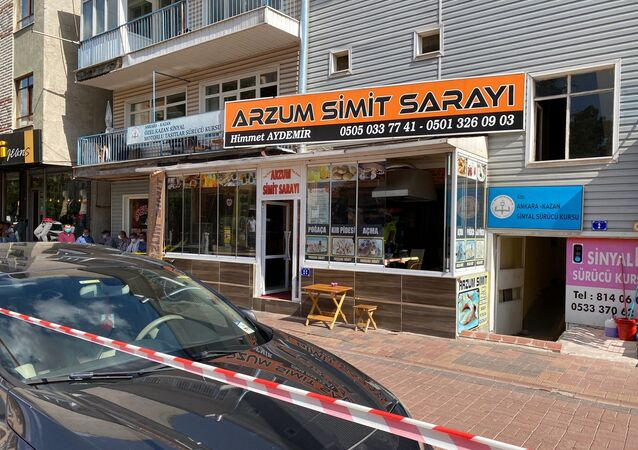 Ankara'nın Kahramankazan ilçesinde bir şahıs, iş yerinde tartıştığı eşini iki çocuğunun gözü önünde tabancayla vurarak ağır yaraladı.