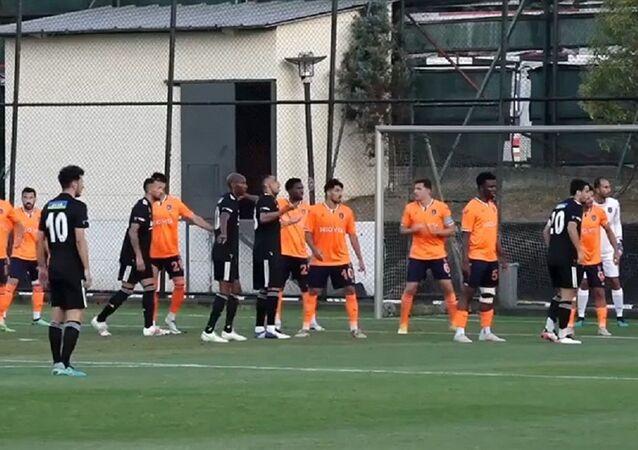 Yeni sezon hazırlıkları kapsamında Beşiktaş ile Medipol Başakşehir arasında yapılan hazırlık maçını siyah-beyazlılar, 1-0 kazandı.