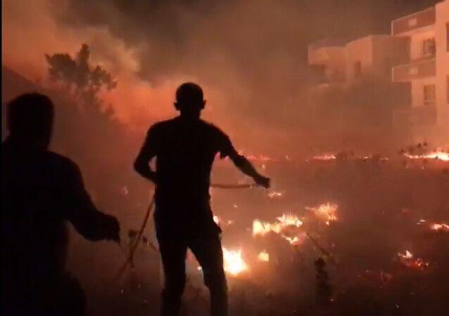 Adıyaman'da 16 farklı noktada çıkan anız yangınlarında toplam 11 kişi dumandan zehirlenerek hastanelere kaldırıldı.