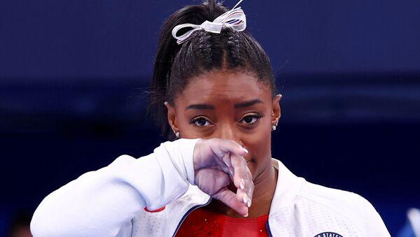Tokyo Olimpiyatı'nda zorlanan ve üst üste finallerden çekilen ABD'li jimnastikçi Simone Biles - Sputnik Türkiye