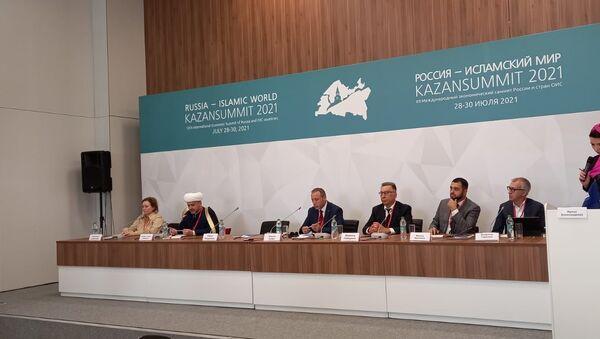 Dünya İslam Sağlık Birliği Başkanı Uzm. Dr. Kasım Sezen (soldan üçüncü) - Sputnik Türkiye