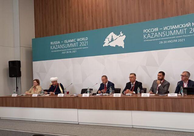 Dünya İslam Sağlık Birliği Başkanı Uzm. Dr. Kasım Sezen (soldan üçüncü)
