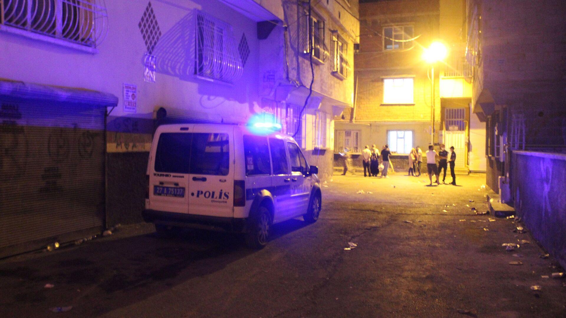 Gaziantep'te yaşayan bir çocuk annesi kadın evde eşi bulunduğu esnada kafasına silahla ateş ederek canına kıydı. Kadının ailesi olay yerine gelerek damatlarına saldırdı. Polis ekipleri saldıran aile yakınlarını biber gazı kullanarak durdurabildi. - Sputnik Türkiye, 1920, 28.07.2021