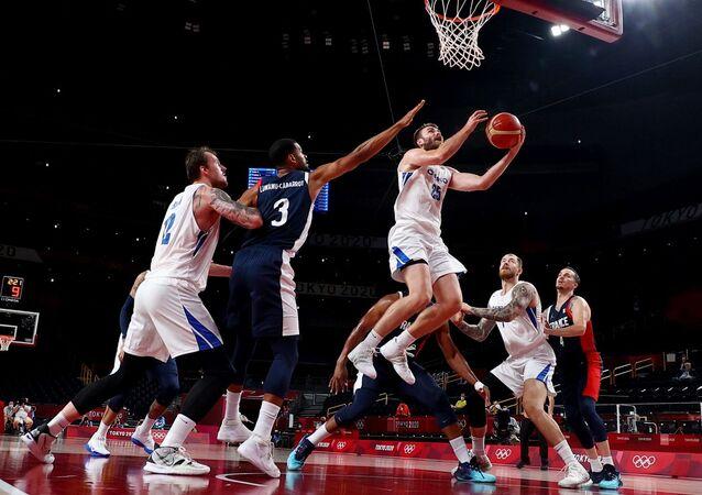 2020 Tokyo Olimpiyat Oyunları'nın beşinci gününde erkek basketbolunda 4 maç oynanırken, Fransa çeyrek finale yükselmeyi garantiledi.
