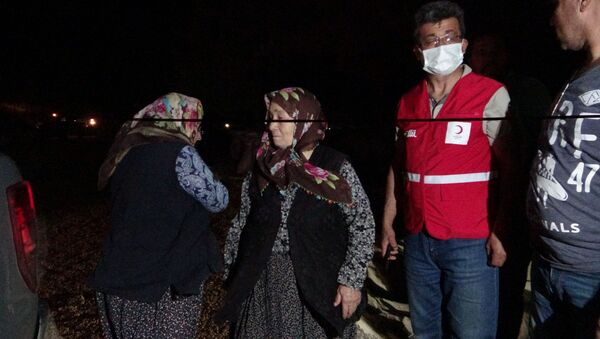 Adana'nın Kozan ilçesinde çıkan orman yangını rüzgarın etkisiyle büyüyerek devam ediyor. Yangından kurtarılan vatandaşlar; Kozan belediyesi, AFAD, UMKE, Kızılay ekipleri tarafından Kozan'da yakınlarının yanına, kalacak yeri olmayanlar ise öğrenci yurduna yerleştiriliyor. - Sputnik Türkiye
