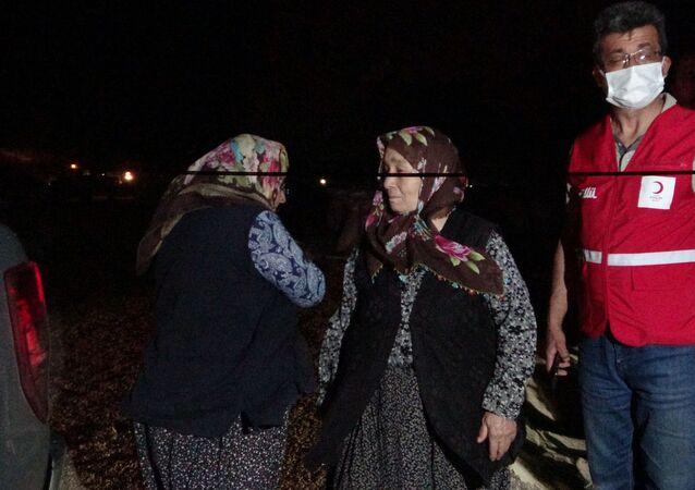 Adana'nın Kozan ilçesinde çıkan orman yangını rüzgarın etkisiyle büyüyerek devam ediyor. Yangından kurtarılan vatandaşlar; Kozan belediyesi, AFAD, UMKE, Kızılay ekipleri tarafından Kozan'da yakınlarının yanına, kalacak yeri olmayanlar ise öğrenci yurduna yerleştiriliyor.
