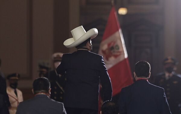 Peru'da 6 Haziran'da yapılan devlet başkanlığı seçimlerini kazanan 51 yaşındaki eski öğretmen Pedro Castillo, yemin ederek göreve başladı. - Sputnik Türkiye