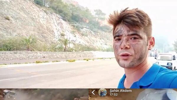 Marmaris ilçesinde çıkan orman yangınını söndürme çalışmalarına katılan Şahin Akdemir'in bugün hayatını kaybetmeden önce yangında çektiği son görüntüler ortaya çıktı - Sputnik Türkiye