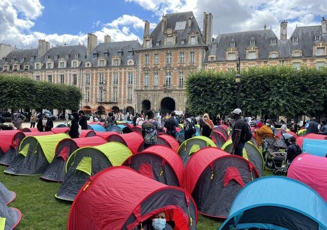 Fransa'nın başkenti Paris'teki turistik alanlardan Vosges Meydanında 400 kadar evsiz, 'onurlu barınma' isteğiyle çadır kurdu.