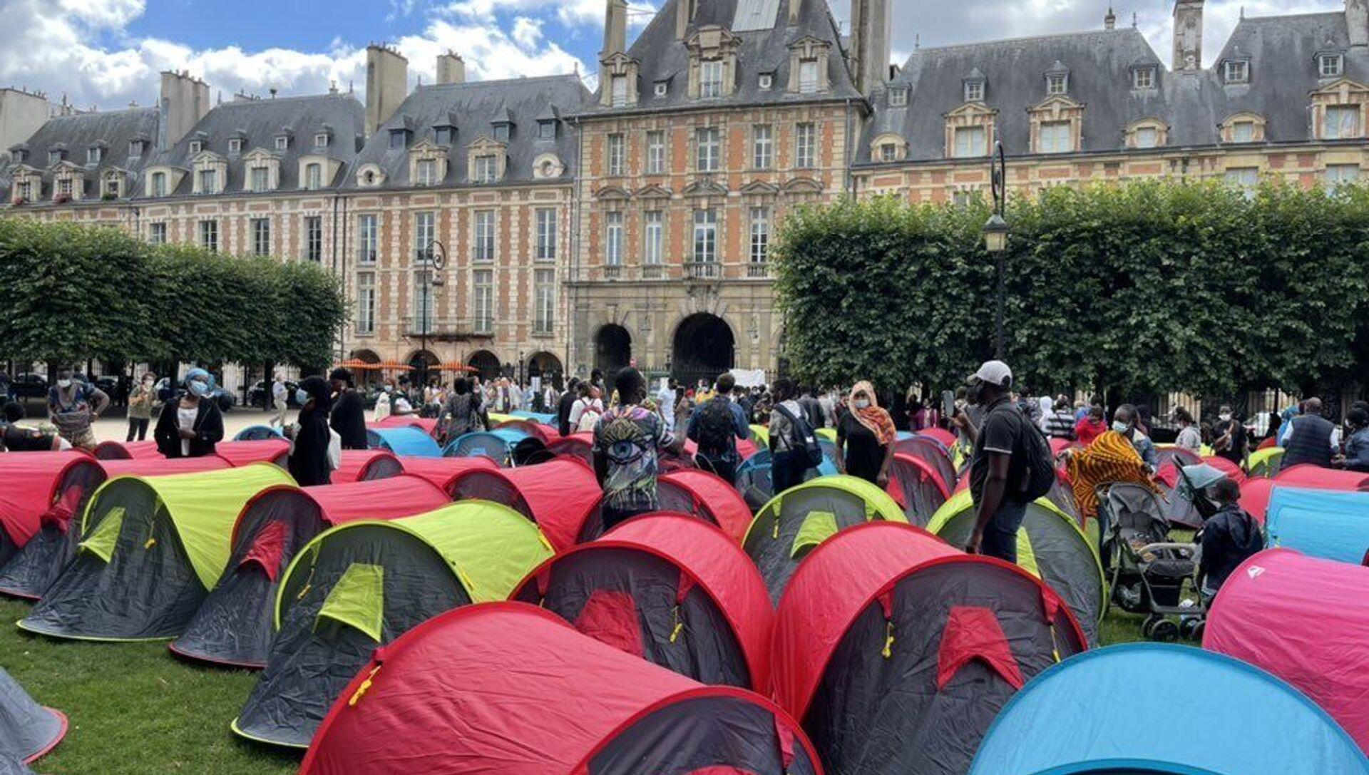 Fransa'nın başkenti Paris'teki turistik alanlardan Vosges Meydanında 400 kadar evsiz, 'onurlu barınma' isteğiyle çadır kurdu. - Sputnik Türkiye, 1920, 30.07.2021