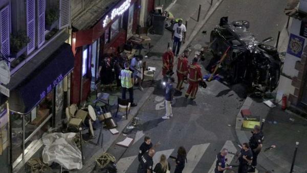 Paris'te bir otomobil bara girdi - Sputnik Türkiye